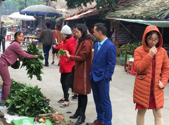 Những người sau khi đến dâng hương ra về, ai cũng muốn mang về một cành lộc, tượng trưng cho những điều may mắn, tốt lành trong năm.