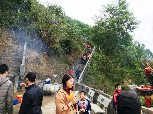 Sau khi dâng hương và thưởng ngoạn tại Đền thờ danh nhân Cầm Bá Thước và Bà Chúa thượng ngàn, người dân và du khách lại ngược xuống khoảng 5km đến Đền Cô Thác Mạ nằm bên bờ sông Chu thơ mộng.