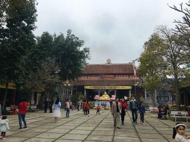 Tiếp đó, trên đường về, người dân và du khách có thể ghé chùa Linh Cảnh, ở xã Xuân Bái, huyện Thọ Xuân. Chùa nằm trên vùng đất địa linh nhân kiệt phát tích của vương triều Hậu Lê. Người dân và du khách đến đây luôn có cảm giác thanh tịnh, yên bình.