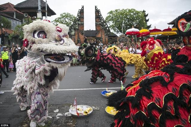 Màn biểu diễn múa lân chào đón năm mới tại một ngôi đèn ở Bali, Indonesia. (Ảnh: EPA)