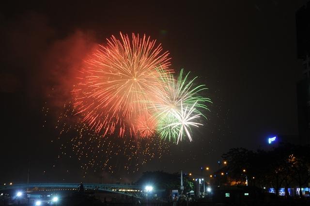 Mãn nhãn với màn pháo hoa mừng năm mới rực rỡ trên bầu trời Sài Gòn - 1