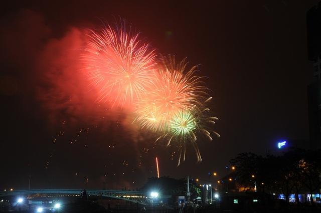 Mãn nhãn với màn pháo hoa mừng năm mới rực rỡ trên bầu trời Sài Gòn - 2