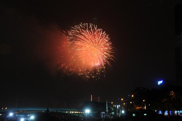 Mãn nhãn với màn pháo hoa mừng năm mới rực rỡ trên bầu trời Sài Gòn - 6