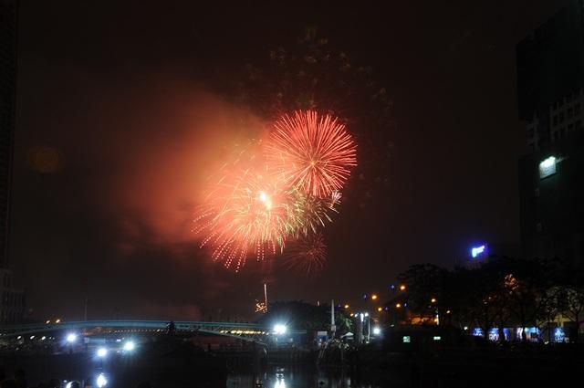 Mãn nhãn với màn pháo hoa mừng năm mới rực rỡ trên bầu trời Sài Gòn - 7