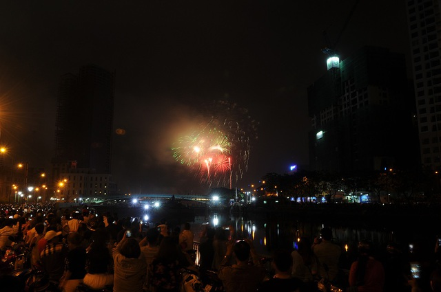 Mãn nhãn với màn pháo hoa mừng năm mới rực rỡ trên bầu trời Sài Gòn - 8