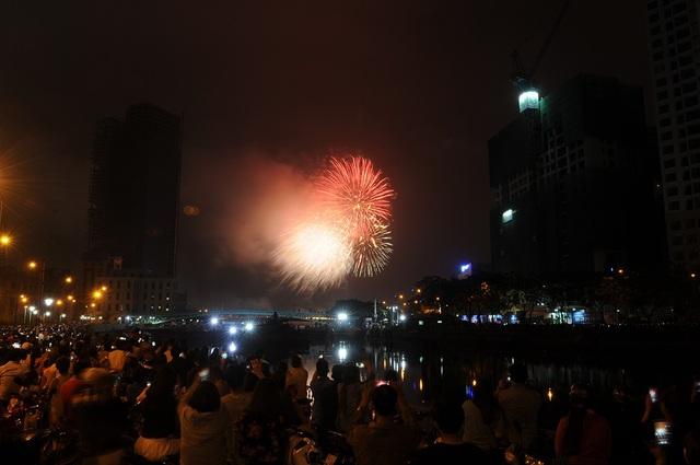 Mãn nhãn với màn pháo hoa mừng năm mới rực rỡ trên bầu trời Sài Gòn - 9