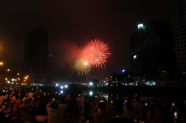 Mãn nhãn với màn pháo hoa mừng năm mới rực rỡ trên bầu trời Sài Gòn - 10