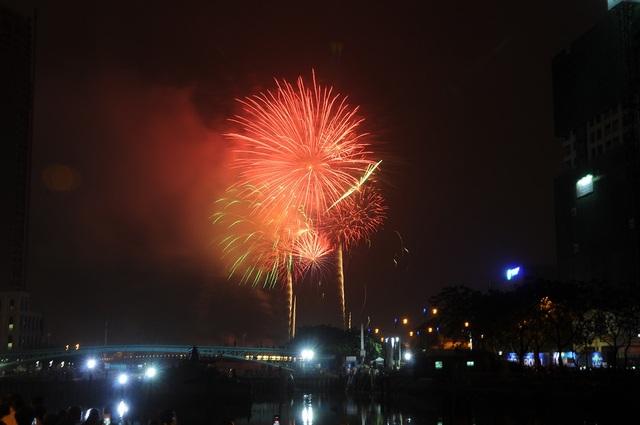 Mãn nhãn với màn pháo hoa mừng năm mới rực rỡ trên bầu trời Sài Gòn - 11