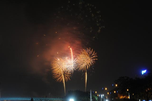 Mãn nhãn với màn pháo hoa mừng năm mới rực rỡ trên bầu trời Sài Gòn - 12