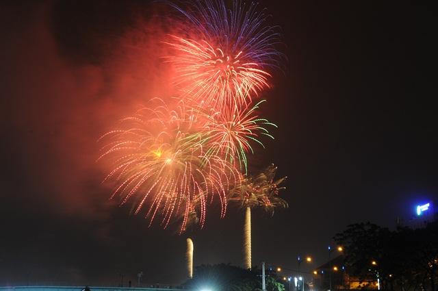 Mãn nhãn với màn pháo hoa mừng năm mới rực rỡ trên bầu trời Sài Gòn - 13