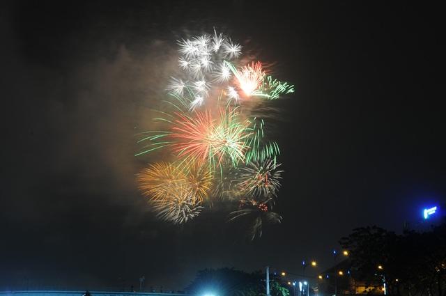 Mãn nhãn với màn pháo hoa mừng năm mới rực rỡ trên bầu trời Sài Gòn - 14