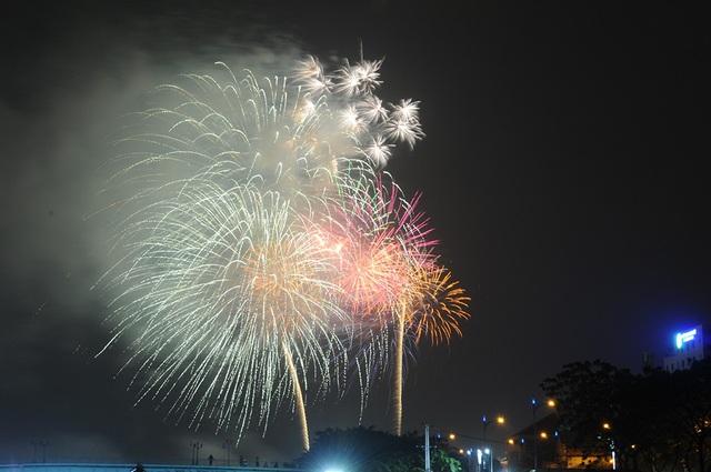 Mãn nhãn với màn pháo hoa mừng năm mới rực rỡ trên bầu trời Sài Gòn - 16