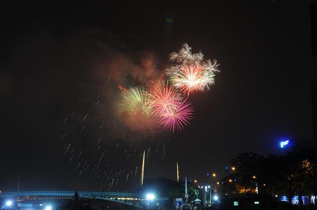 Mãn nhãn với màn pháo hoa mừng năm mới rực rỡ trên bầu trời Sài Gòn - 18