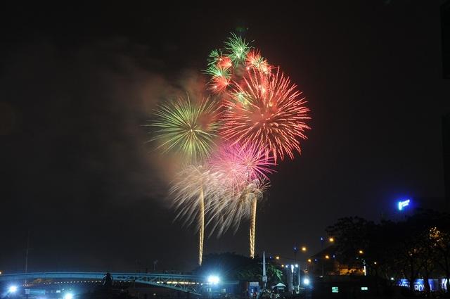 Mãn nhãn với màn pháo hoa mừng năm mới rực rỡ trên bầu trời Sài Gòn - 19