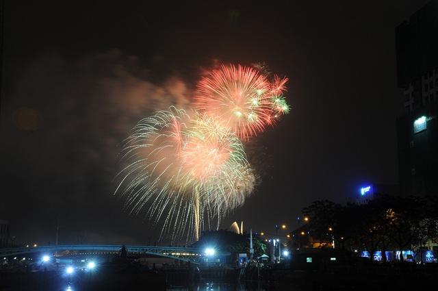 Mãn nhãn với màn pháo hoa mừng năm mới rực rỡ trên bầu trời Sài Gòn - 20