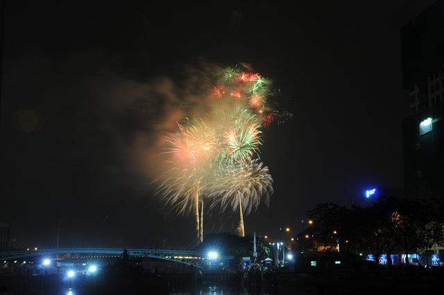 Mãn nhãn với màn pháo hoa mừng năm mới rực rỡ trên bầu trời Sài Gòn - 21