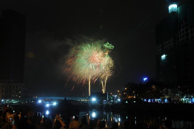 Mãn nhãn với màn pháo hoa mừng năm mới rực rỡ trên bầu trời Sài Gòn - 22
