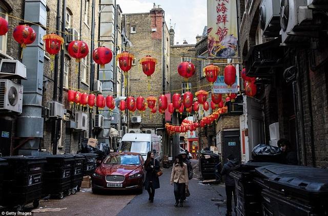 Một góc phố ở phố Hoa kiều ở London (Anh) được trang trí bằng loạt đèn lồng chào đón năm mới. (Ảnh: Getty)