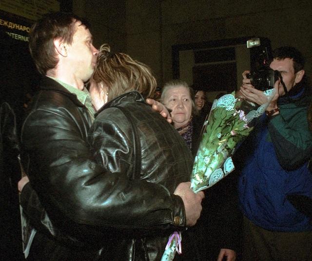 Một trong số các con tin được thả từ máy bay Nga bị không tặc tấn công bật khóc khi trở về sân bay Moscow (Ảnh: TASS)