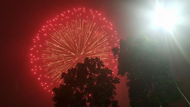 Pháo hoa bừng sáng, người dân cả nước nao nức mừng năm mới - 2