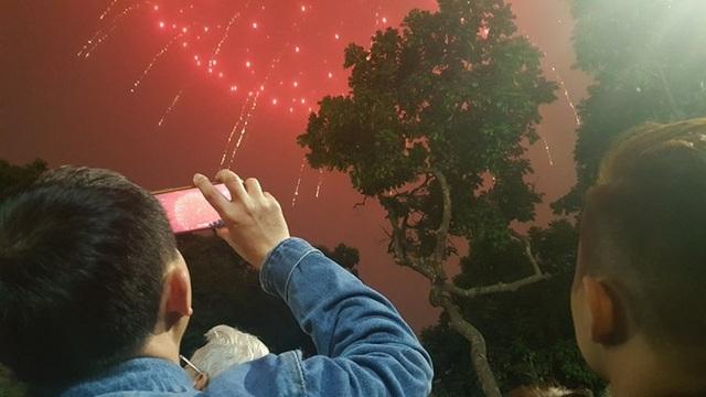 Pháo hoa bừng sáng, người dân cả nước nao nức mừng năm mới - 1
