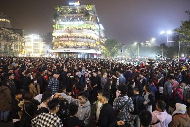 Quảng trường Đông Kinh Nghĩa Thục lúc 23h30 không còn chỗ trống, người dân háo hức chờ đợi thời khắc chuyển giao đón năm mới Mậu Tuất.