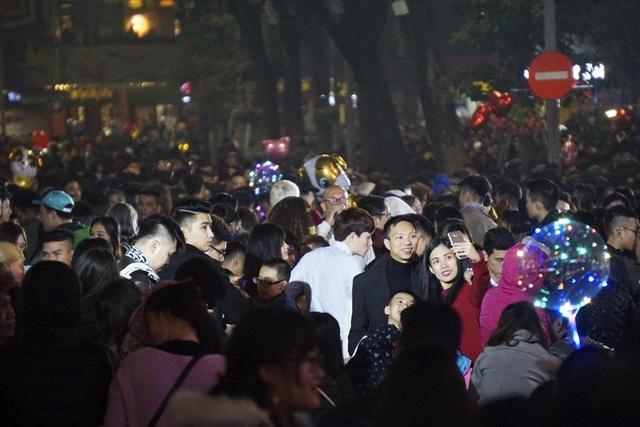 Khu vực bờ hồ Hoàn Kiếm cấm phương tiện, tạo không gian đi bộ cho người dân đón giao thừa.