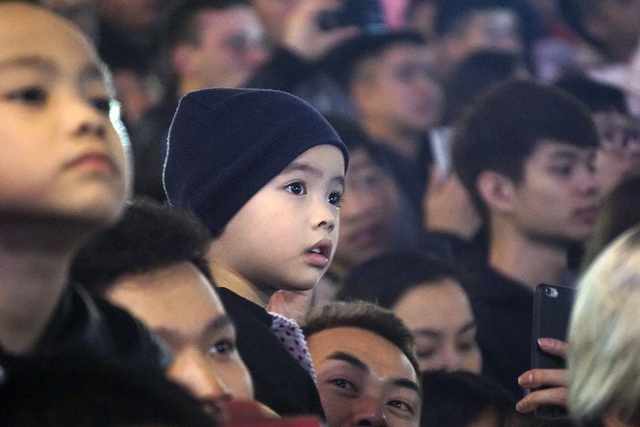 Trẻ nhỏ chăm chú theo dõi.