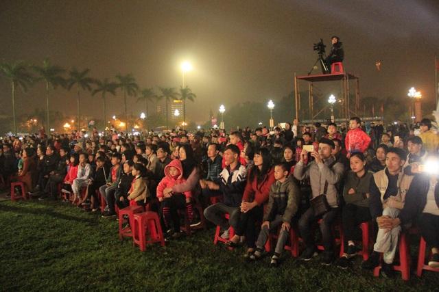Hàng ngàn người đã đổ về quảng trường Hồ Chí Minh để được hòa mình trong không khí đón giao thừa chào năm mới.