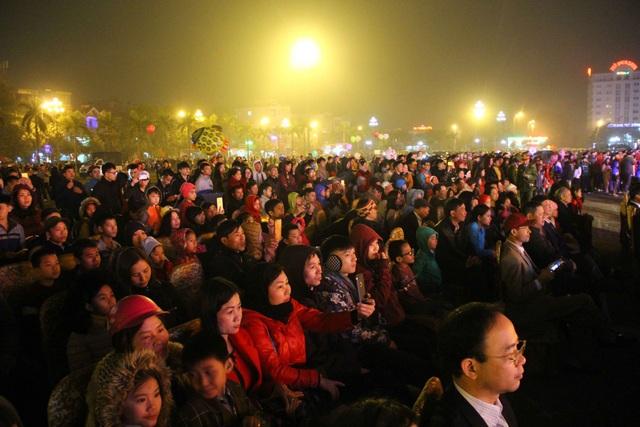 Hàng trăm người dân lặng ngắm pháo hoa trong thời khắc giao thừa