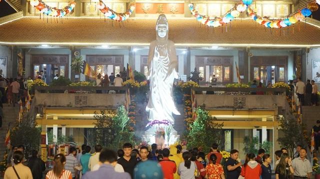 Sau thời khắc giao thừa, người dân đến chùa lễ Phật, xin lộc đầu năm
