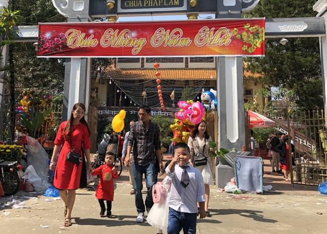 Người người, nhà nhà nô nức lễ chùa đầu năm ở Đà Nẵng