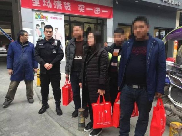 Xách 5 túi tiền có chục tỷ về quê ăn Tết, bà Lý được cảnh sát hộ tống