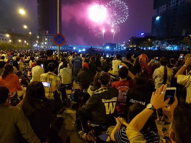 Pháo hoa bừng sáng, người dân cả nước nao nức mừng năm mới - 27