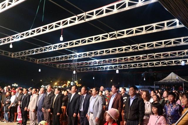 Người dân cùng hát quốc ca trước khi bắn pháo hoa