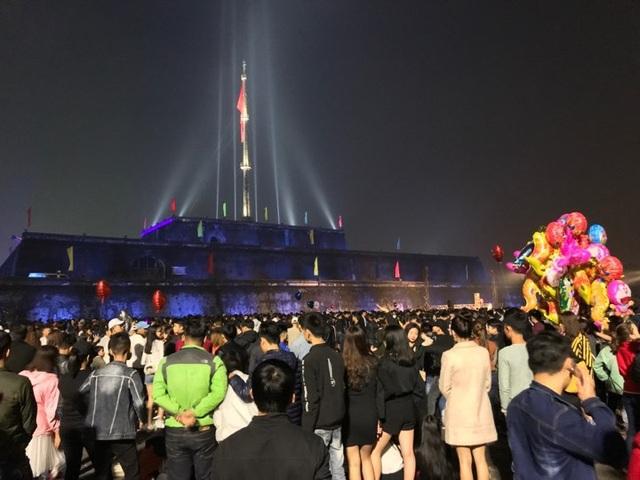 Người người chen chân tại quảng trường Ngọ Môn, TP Huế hơn 23h đêm Giao thừa