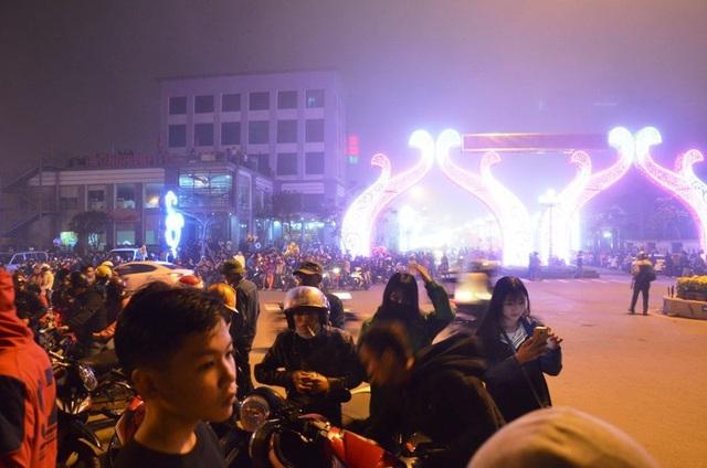 Trước đó, hàng ngàn người dân Quảng Bình đã tập trung về cầu Nhật Lệ và công viên Đồng Sơn từ rất sớm để xem bắn pháo hoa đêm giao thừa