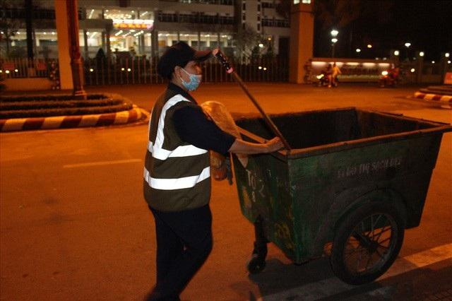 Công cụ lao động của chị: Cây chổi, cái ky hốt rác và chiếc xe chứa rác.