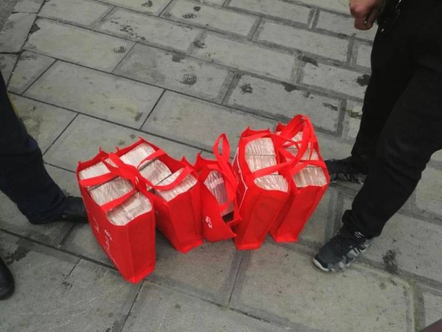  Cả đống tiền mặt được xếp gọn vào túi nhưng trông vẫn rất hớ hênh.