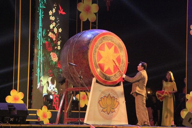 Người dân hào hứng thưởng thức pháo hoa mừng năm mới - 25