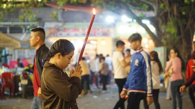 Nhiều phật tử xin thỉnh một cây hương lớn và mang từ chùa chạy thẳng về nhà