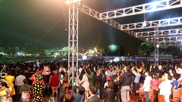 Hàng ngàn người dân và du khách cùng chiêm ngưỡng pháo hoa