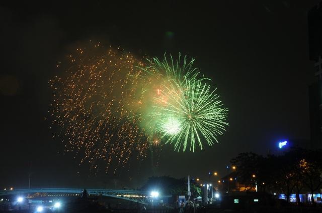 Pháo hoa bừng sáng, người dân cả nước nao nức mừng năm mới - 25
