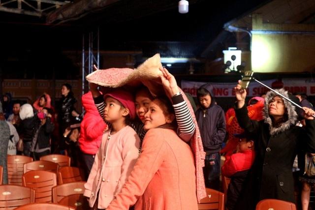 Người dân hào hứng thưởng thức pháo hoa mừng năm mới - 14