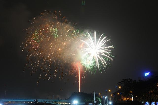 Pháo hoa bừng sáng, người dân cả nước nao nức mừng năm mới - 29
