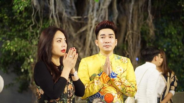 Ca sĩ Quang Hà cũng lễ Phật đầu năm cùng gia đình