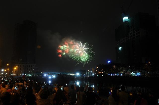 Pháo hoa bừng sáng, người dân cả nước nao nức mừng năm mới - 22