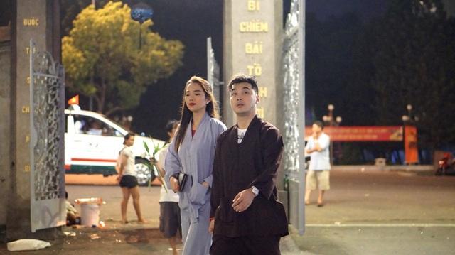 Ca sĩ Ưng Hoàng Phúc cùng vợ là cựu người mẫu Kim Cương đến chùa lễ Phật