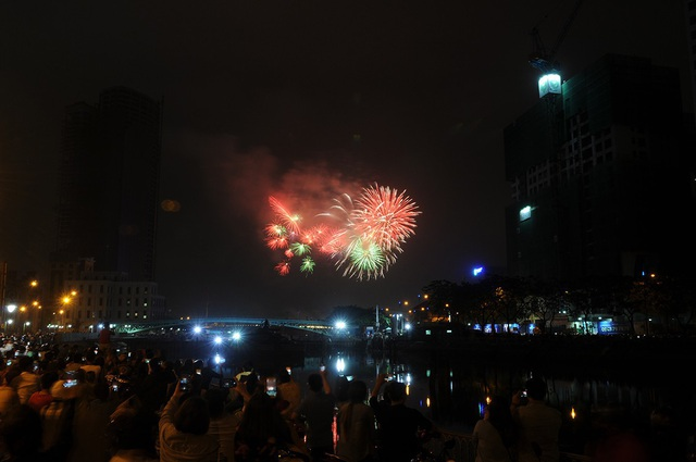 Pháo hoa bừng sáng, người dân cả nước nao nức mừng năm mới - 23