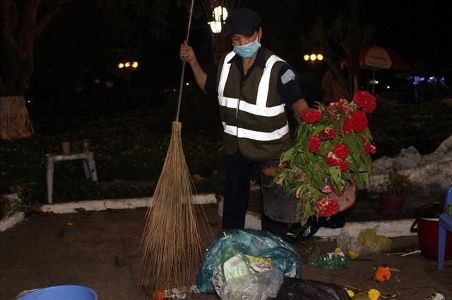 Chợ hoa xuân đã kết thúc, những thứ nó để lại chị Tài phải dọn cho sạch.